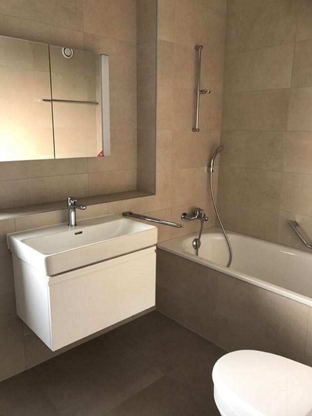 salle-de-bains avec baignoire | M&B Gérance Immobilière SA